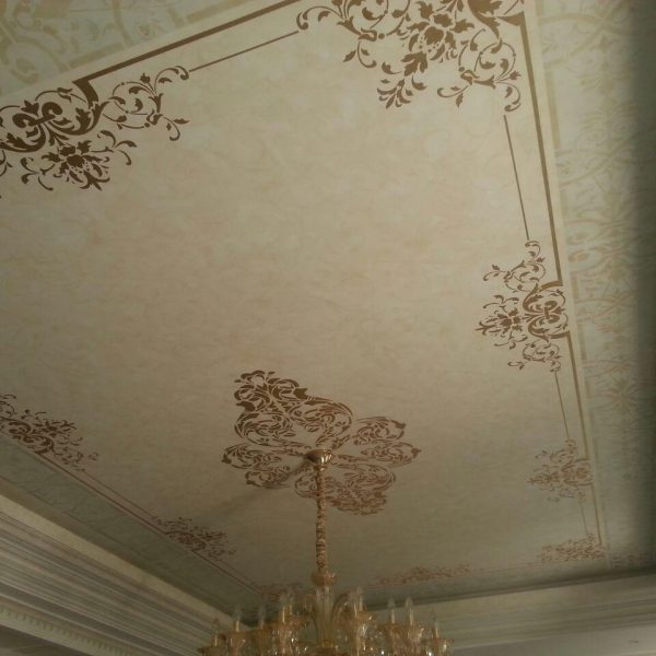 طراحی گل های موتیف روی سقف و دیوار