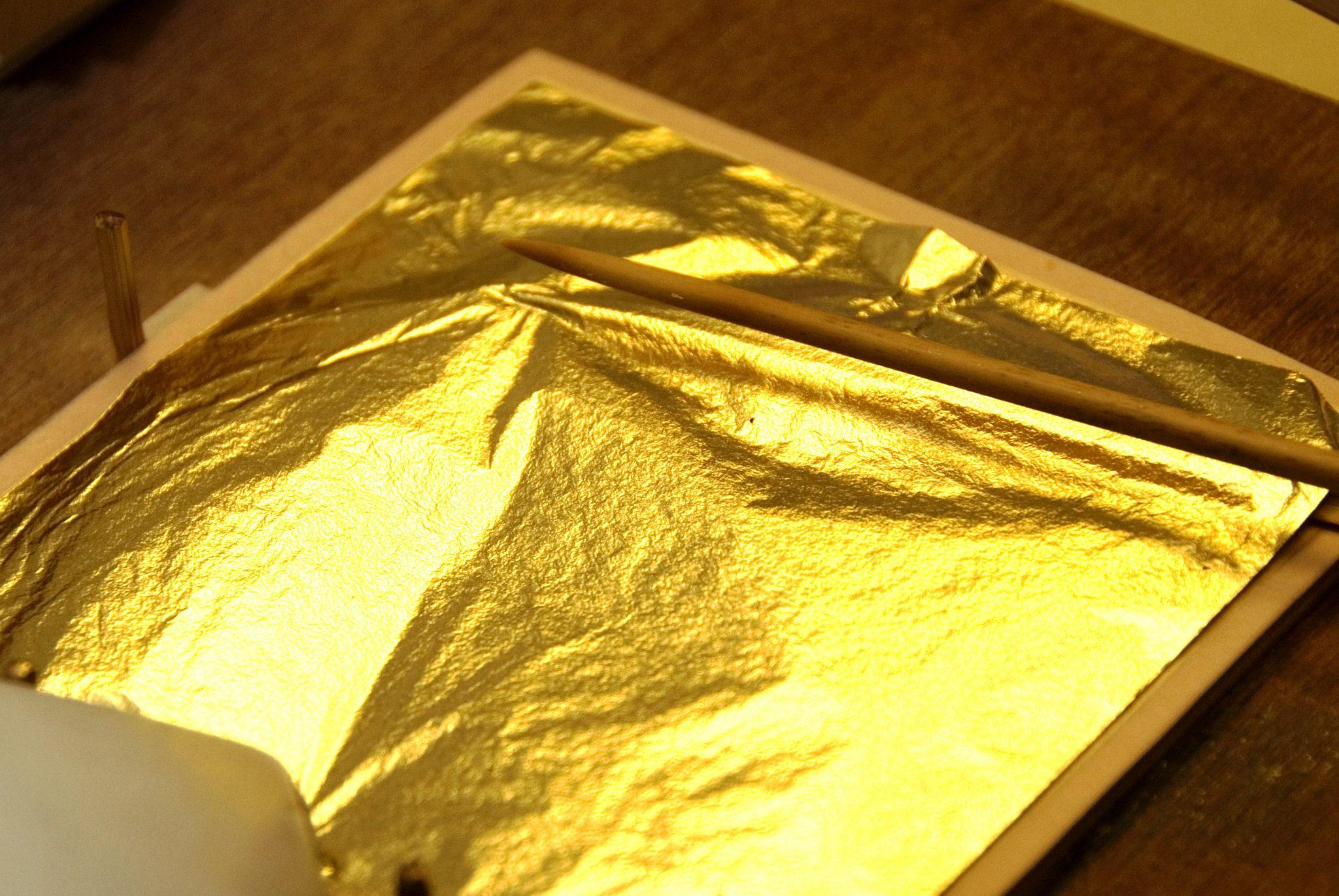 آموزش اجرای ورق طلا روی ابزار سقف و دیوار